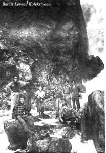 Ayakta sol başta Saim Altıok, üçüncü Münevver Belen (1937)