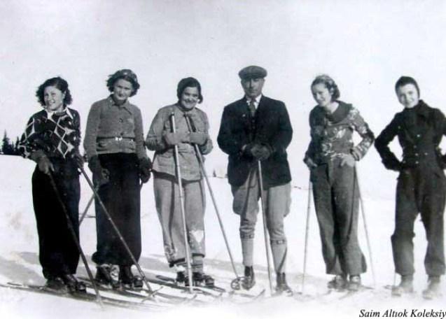 """Vali Şefik Soyer, Bursalı bayan kayakçılarla """"Soldan ikinci Şahsine Altıok, beşinci H. Muzaffer Kalkan"""""""