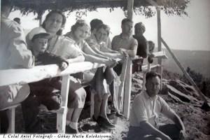 Solda ilk Şahsine Altıok ve kucağında ben, üçüncü Leyla Antel yanında İhsan Özdoğan (1937)