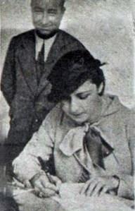 1932 yılı Dünya Güzeli Keriman Halis Kulübe üye olurken fiş dolduruyor-Arkada Kulüp başkanı Saim Altıok (1934 )