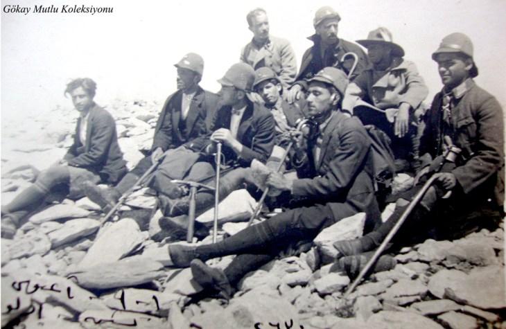 Coğrafya Encümeni Üyeleri 1925 yılı Ağustos ayı başında Keşiş (Uludağ) Dağı Zirvesinde. Fotoğrafta arka sırada soldan birinci bu seyahat sırasında Keşiş adının Uludağ'a çevrilmesi önerisini yapan Dr.Osman Şevki (Uludağ), üçüncü geniş kenarlı şapkalı Saim (Altıok).