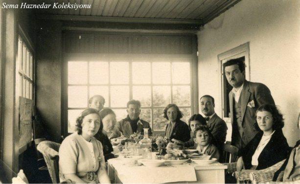 Sofranın başında Tayyar Akkeskin, solunda Cemile Akkeskin, ayakta duran Selahattin Güvendiren ve resmin sağ başında Saliha Akkeskin