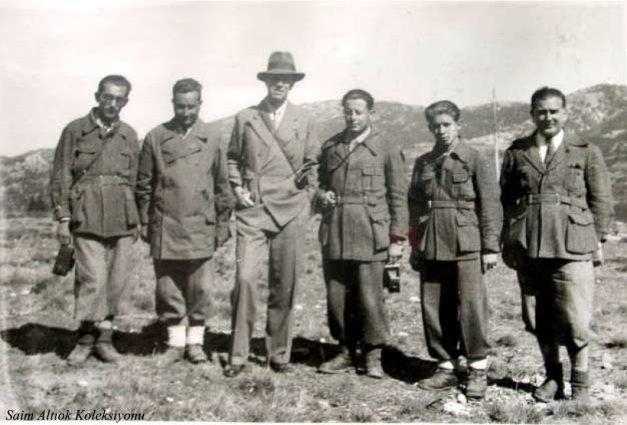İsveç Velihatı Prens Gustave Adolphe Uludağ'da (Ekim 1934 ) Kulüp Yönetim Kurulu ile birlikte- Velihatın sağındaki Saim Altıok,onun yanındaki Musa Ataş,Velihatın hemen solundaki İ.Celal Antel,en soldaki Tayyar Akkeskin,ikisinin arasındaki muhtemelen Nusret bey
