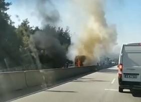 Seyir halindeki tıra arkadan çarpan kamyon alev aldı, Ankara yolu ulaşıma kapandı
