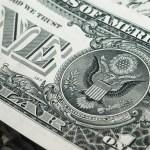 Dolar mírně oslabuje, čeká se na zasedání centrálních bank