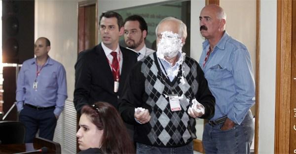 Gestor da URBS leva torta na cara durante reunião da CPI do Transporte Público em Curitiba