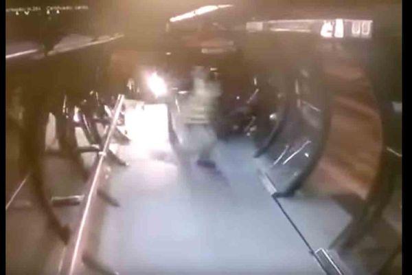 Motociclista invade estação-tubo no Portão