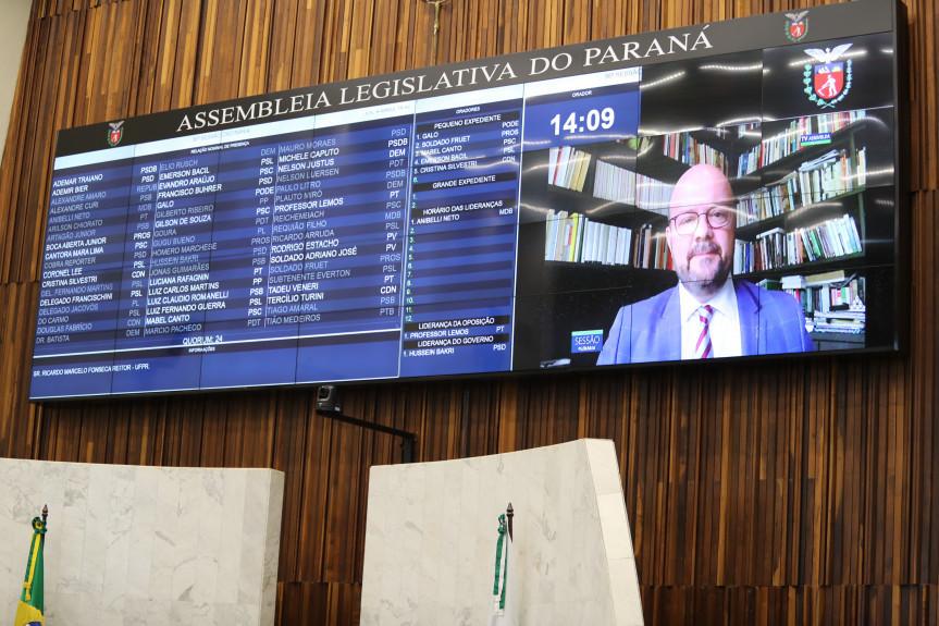 Reitor da UFPR, Prof. Dr. Ricardo Marcelo Fonseca, usou o grande expediente da sessão plenária para falar da vacina contra a covid-19 desenvolvida pela instituição.