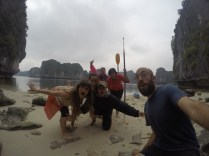 Abordando una playa en Halong Bay