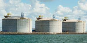 Lee más sobre el artículo Goldman dice que el almacenamiento global de petróleo podría maximizarse en solo 3 semanas, generando una 'volatilidad sustancial'