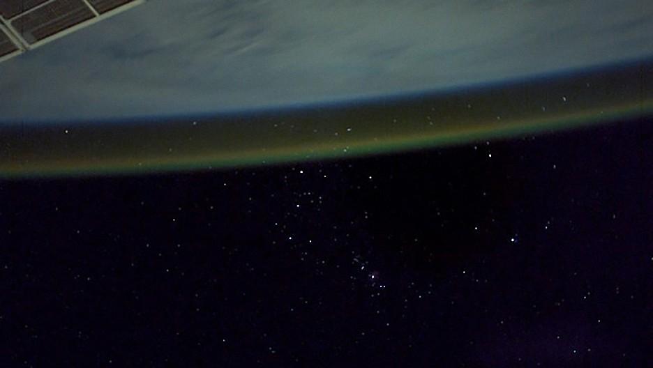 Un astronauta de la EEI capta la Tierra envuelta en una misteriosa luz naranja