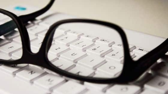 Anteojos de un traductor sobre un teclado