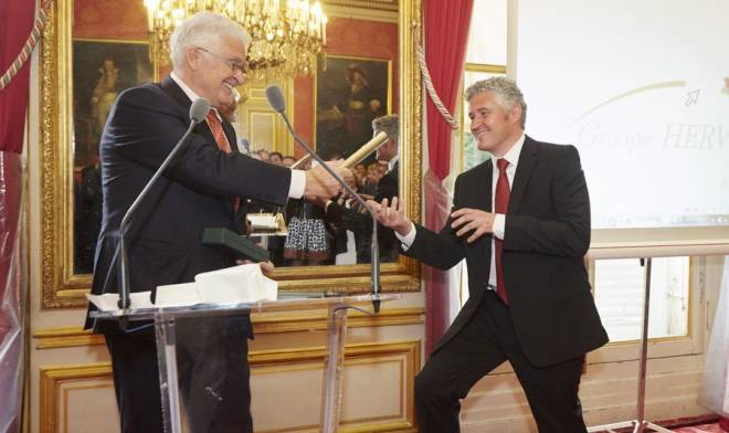Le passage relai (le trophée Eponymes)  Michel Hervé fils Emmanuel, symbole transmission