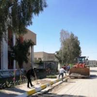 اعمال صيانة الحدائق وصبغ جدران الكلية