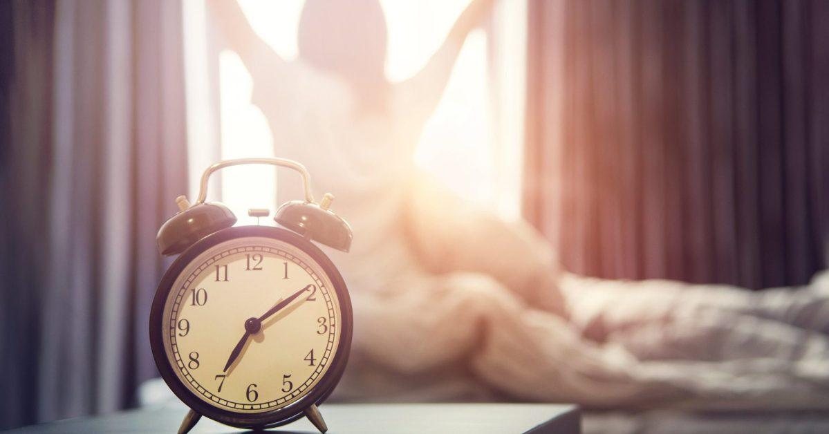 5 επιστημονικοί τρόποι για να ξυπνήσετε τον εγκέφαλό σας το πρωί