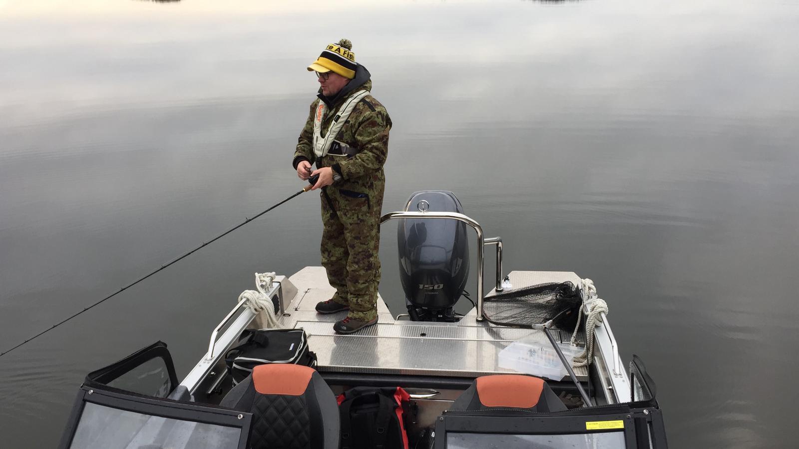 Vuoden kalastusopas Jani Ollikainen ja Buster XXL