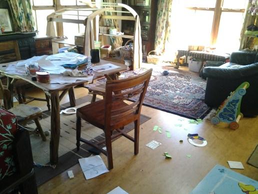 I pezzi di carta per terra sono stati incollati dalla piccolina di casa