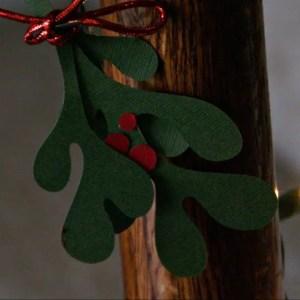 DIY Mistletoe Decor with Free Printable Pattern / Busy Mom's Helper