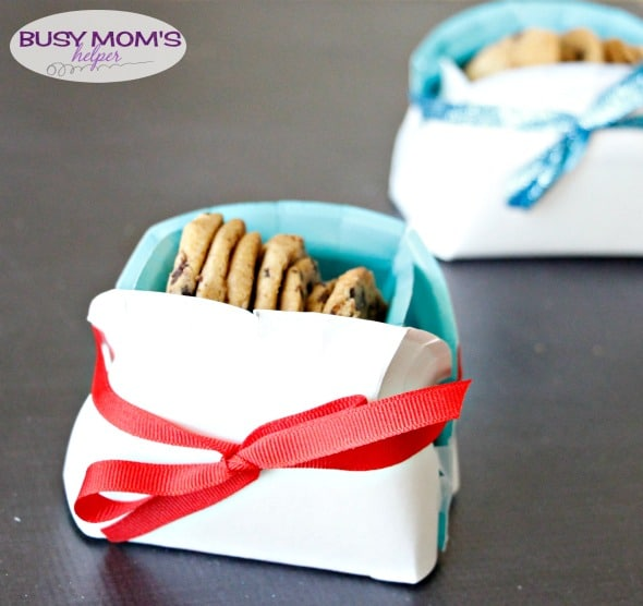 DIY Holiday Cookie Basket from Paper Plates / a Great Neighbor Gift Idea!