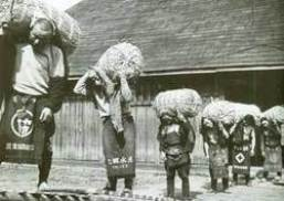 米俵を軽々担ぐ人々。 秋田県仙南村。昭和30年頃。