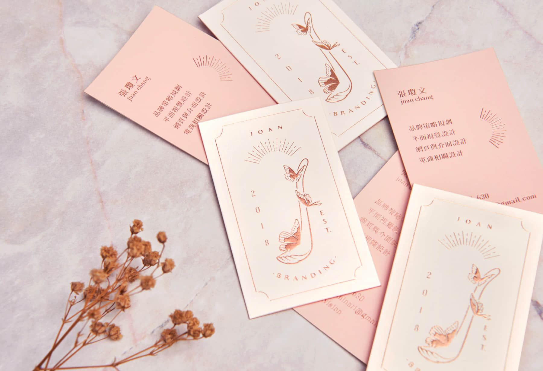 張瓊文名片平放很多張與乾燥花