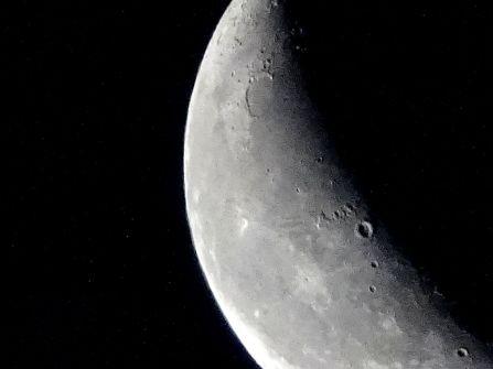 Mond am sehr frühen Morgen.