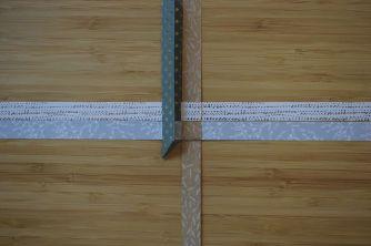 Schritt 11: Den Streifen längs falten, sodass die Hälften aufeinander liegen.