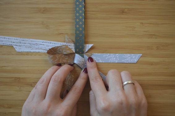 Schritt 33: Das Ende des Streifens kommt aus der Zacke heraus.
