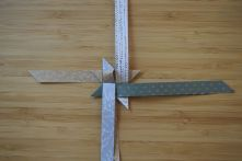 Schritt 35: Den Stern um 90 Grad im Uhrzeigersinn drehen und Schritt 30 bis 34 mit den restlichen drei Streifen wiederholen.