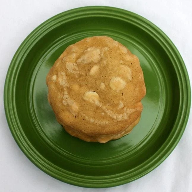 Mrs. Fields White Chocolate Chip Cookies is a delicious and soft cookie recipe, full of white chocolatey goodness, that you can whip up in your own kitchen!