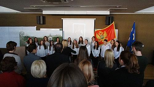 Hor Druge osnovne škole pjeva himnu
