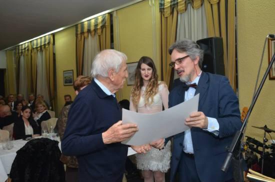 Dr Miroslav Luketić prima Zlatnu zahvalnicu