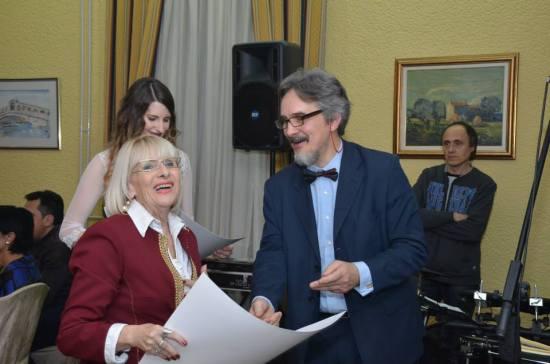 Zahvalnicu ŽVG Harmonija preuzela je članica klape Biserka Bogović
