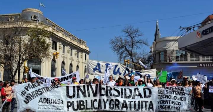 Científicos, universitarios y trabajadores continúan protestando contra el ajuste