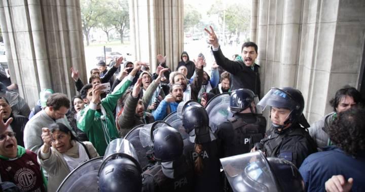 Despidos, represión y creciente tensión en el Ministerio de Agroindustria