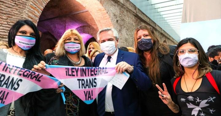 El Gobierno promulgó la ley laboral travesti trans «Diana Sacayán-Lohana Berkins»