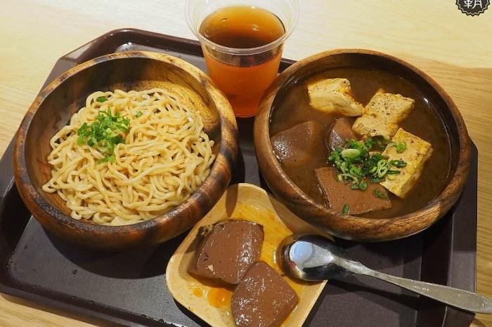 <台中麵食> 功夫銷魂麵,滷鴨血豆腐配有咬勁麵條,新光三越美食街有香辣麵食!
