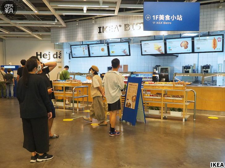 "P8245024 01 - IKEA新推出""冰狗"",霜淇淋夾入麵包內,享受冰冰熱熱的吃法~"