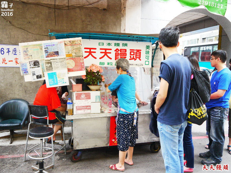 天天饅頭,賣超過一甲子的日式炸饅頭,天天都有人排隊,天天都有人要吃小饅頭。(台中小吃/台中美食/中區美食)