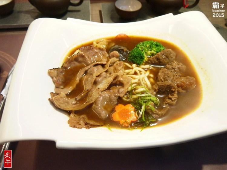 炙牛食創堂,雪花肉片加上軟嫩的牛肉塊,雙重享受的炙燒牛肉麵。(勤美商圈)