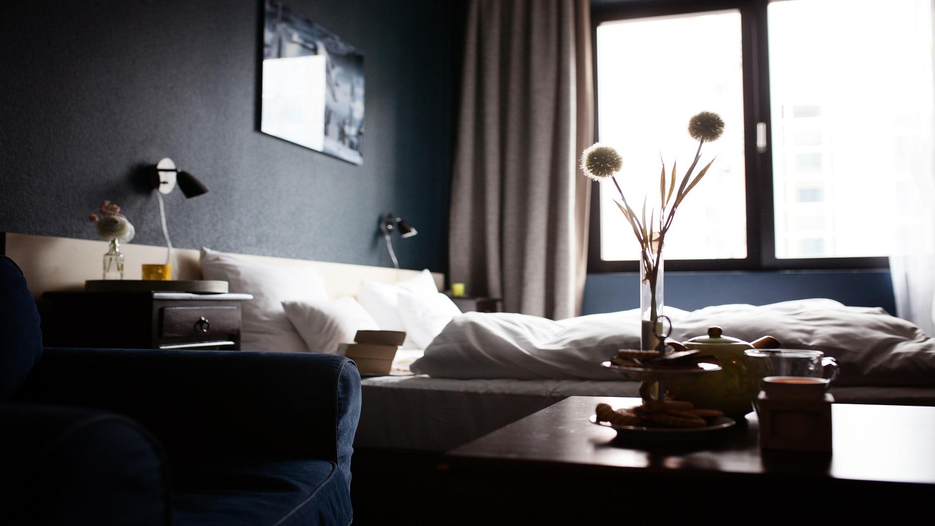 Consigue un dormitorio sorprendente gracias a los papeles pintados en blanco y negro 1920