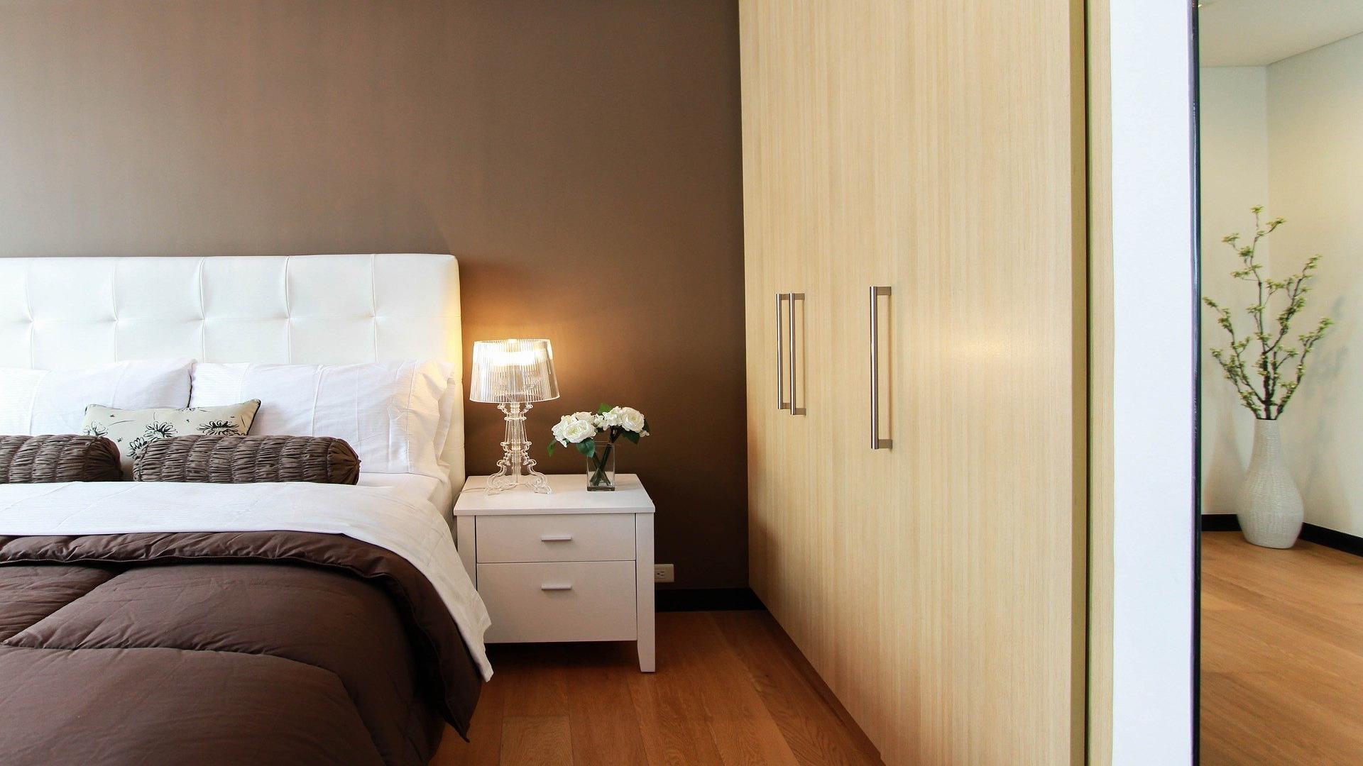 Segun el FENG SHUI la cama se debe poner contra la pared 1920