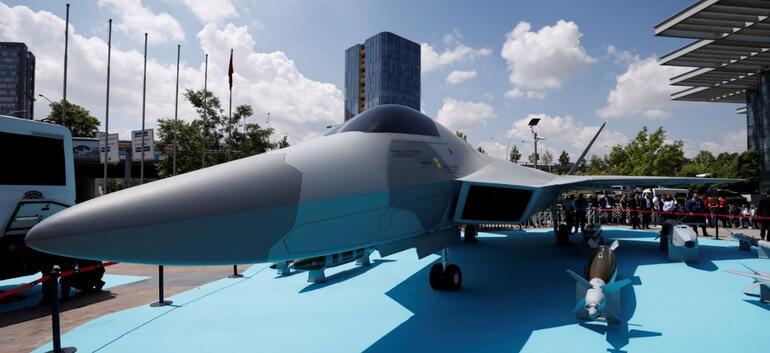 Milli Muharip Uçak sergileniyor... Büyük ilgi var