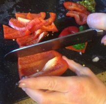 Buzymum - Slicing pepper after deseeding