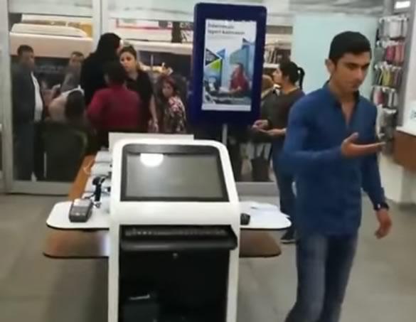 Adana 'da Türk Telekom Bayine Sıçan Kadın ve Mavi Gömlekli