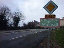 En Vendée, le panneau annonçant le nom d'un village a été remplacé de manière originale. (Crédit : Twitter/@HermineCosta1)