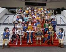 Des légos géants accueillent les visisteurs sur les marches du Palais des Festivales et des Congrés