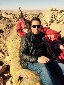 """Saïd Mahmoud près du front de l'Euphrate lors du tournage de """"Femmes contre Daesh""""."""