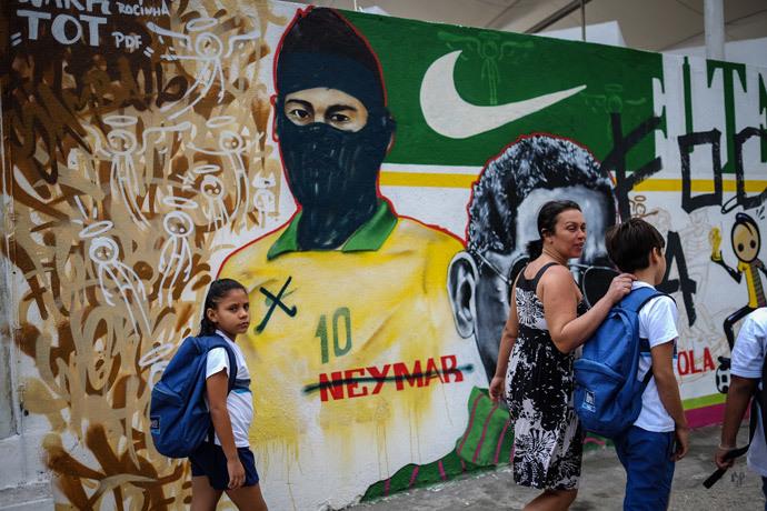 ブラジルワールドカップに反対するストリートアート (10)