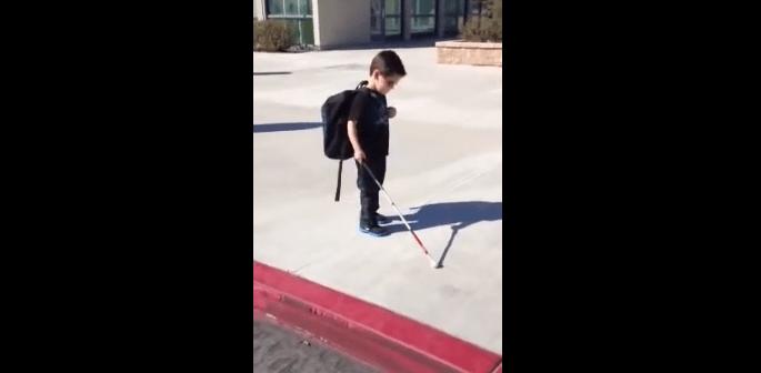 目が見えない少年の第一歩
